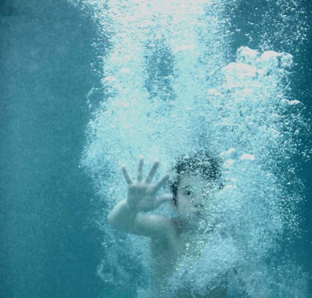 Troebel, melkachtig of wit zwembadwater helder krijgen: hoe doe ik dat?